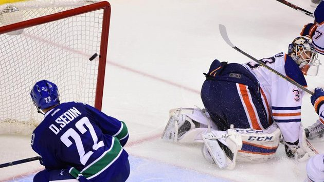 Útočník Vancouveru Daniel Sedin přestřeluje úplně prázdnou branku v zápase s Edmontonem.