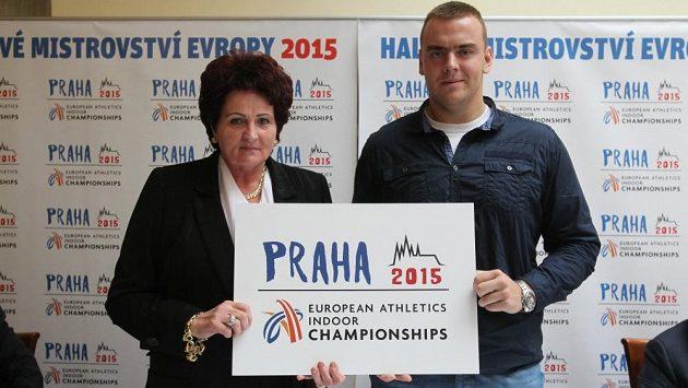 Bývalá mistryně světa Helena Fibingerová a současná česká koulařská jednička Ladislav Prášil představují logo halového mistrovství Evropy 2015.