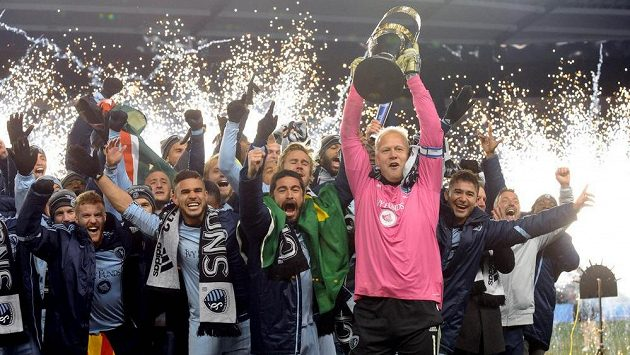 Fotbalisté Kansas City se radují z triumfu v MLS po třinácti letech. V popředí s pohárem brankář Jimmy Nielsen.
