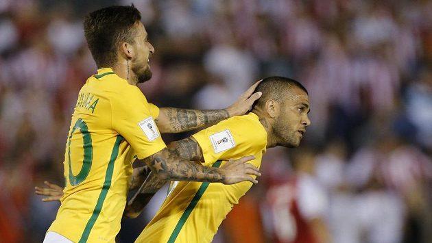 Brazilec Daniel Alves (vpravo) slaví se spoluhráčem Lucasem Limou gól proti Praguayi.