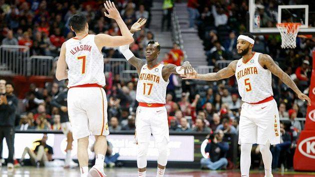basketbalisté Atlanty Hawks Ersan Ilyasova (7), Dennis Schroder (17) a Malcolm Delaney (5) se radují během duelu s Washingtonem.