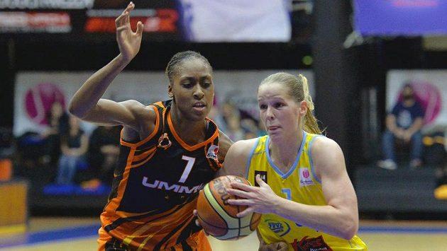 Sandrine Grudaová (vlevo) z Jekatěrinburgu v souboji s Alenou Hanušovou z USK Praha.