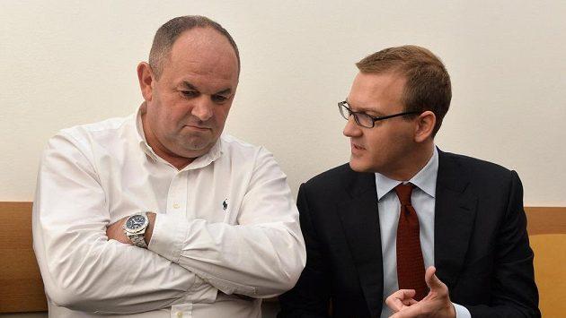 Předseda FAČR Miroslav Pelta (vlevo) a šéf Sparty Daniel Křetínský (vpravo) u Okresního soudu Praha-západ.