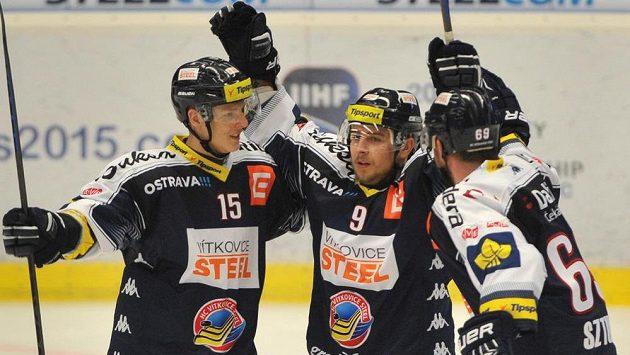 Vítkovičtí Erik Němec (zleva), Jan Káňa a Roman Szturc na ilustračním snímku. První z nich dal Liberci gól, který sudí Roman Mrkva nesprávně neuznal.