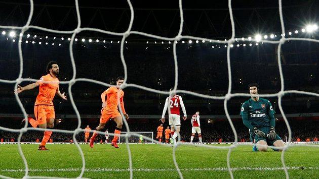 Liverpoolský Mohamed Salah (vlevo) se raduje, právě překonal Petr Čecha v bráně Arsenalu.