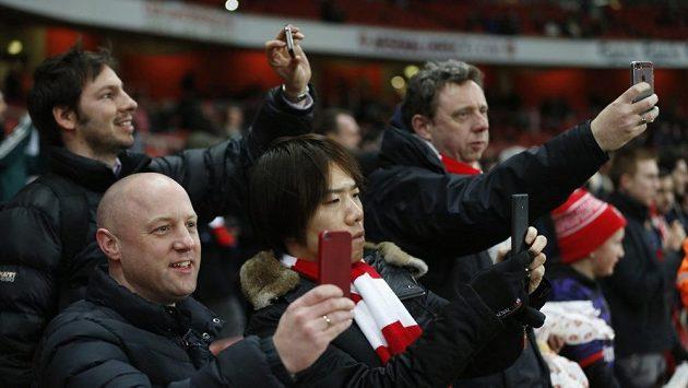Dvaašedesát liber. Až tolik museli zaplatit fanoušci, kteří chtěli přímo na stadiónu vidět zápas Arsenal - Liverpool.