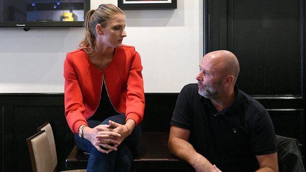 Tenistka Karolína Plíšková a trenér David Kotyza na tiskové konferenci.
