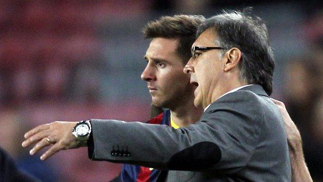 """Bývalý kouč Barcelony Gerardo """"Tata"""" Martino (vpravo) v rozhovoru s Lionelem Messim."""