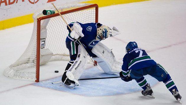 Gólman Vancouveru Roberto Luongo inkasuje vlastní gól od spoluhráče Dana Hamhuise.