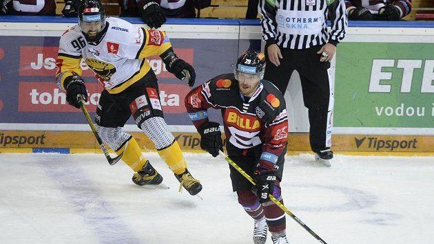 Zleva Richard Jarůšek z Litvínova a Petr Kalina ze Sparty.
