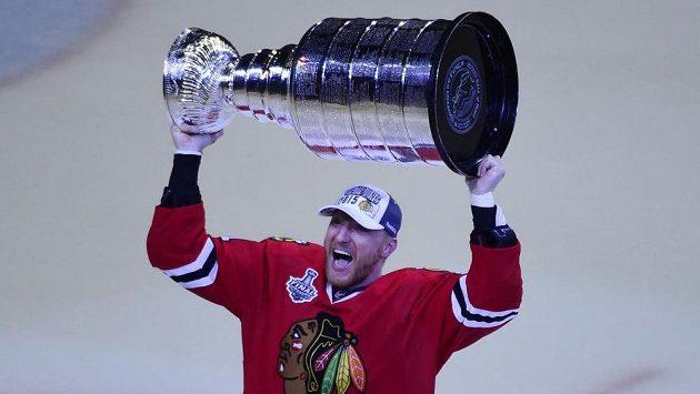 Slovenský útočník ve službách Chicaga Marián Hossa se svým třetím Stanley Cupem.