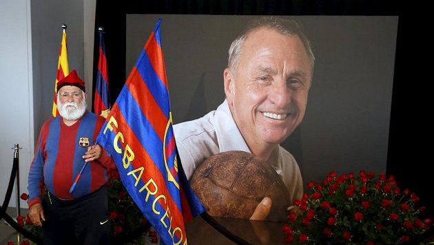 Jeden z fanoušků Barcelony při vzpomínkové akci na Johana Cruyffa na Camp Nou.