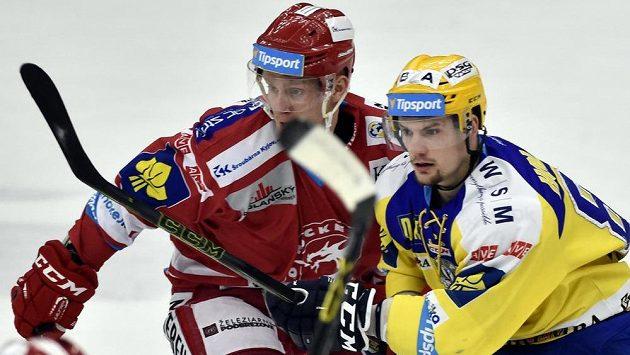 Zlínský útočník Petr Holík (vpravo) v zápase s Třincem.