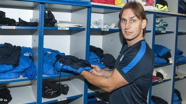 Petr Ulihrach, kustod Liberce, před regálem, kam chystá hráčům propriety na trénink.