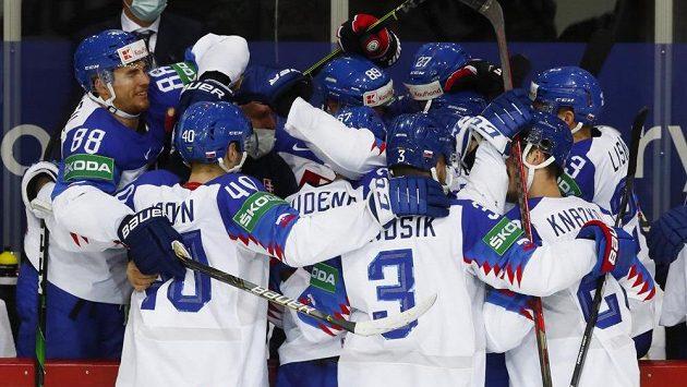 Slovenští hokejisté se radují z gólu proti Rusku.