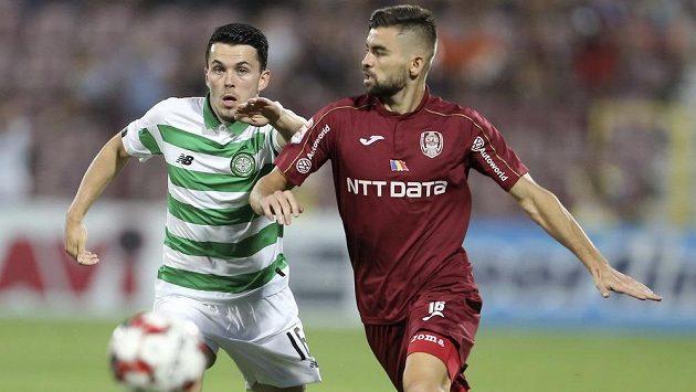 Lewis Morgan (vlevo) z Celticu bojuje v úvodním utkání 3. předkola Ligy mistrů o míč s Mateem Sušičem z Kluže.