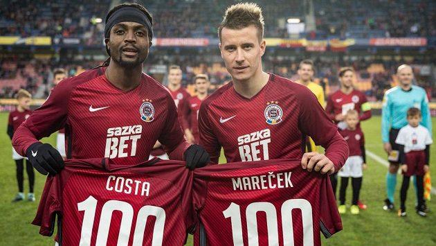 Costa (vlevo) a Lukáš Mareček před utkáním s Jihlavou s dresy za 100 ligových startů ve Spartě.