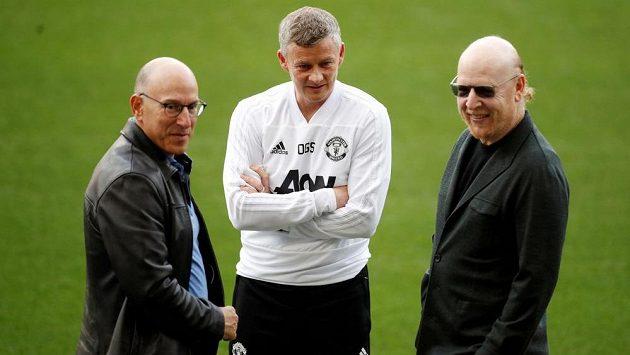 Trenér Manchesteru United Ole Gunnar Solskjaer (uprostřed) a majitelé klubu Joel Glazer a Avram Glazer.
