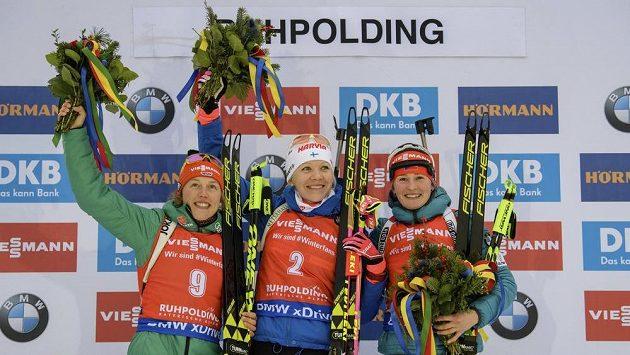 Nejlepší biatlonistky ze závodu s hromadným startem v Rupholdingu - vlevo druhá Němka Laura Dahlmeierová, uprostřed vítězná Finka Kaisa Mäkäräinenová a vpravo třetí Veronika Vítková.