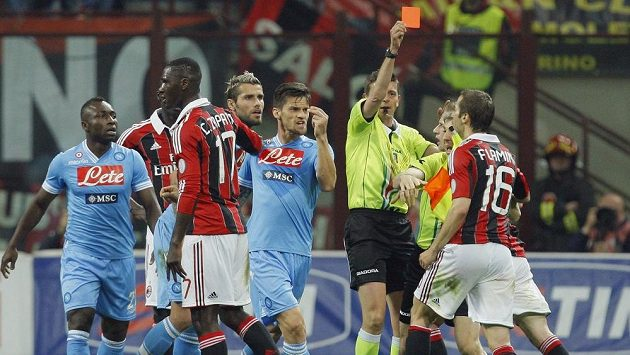 Mathieu Flamini z AC Milán (vpravo) vidí v zápase s Neapolí červenou kartu.