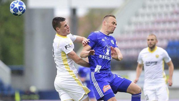 Ondřej Bačo ze Zlína a Pavel Dvořák z Olomouce v akci během odvetného utkání semifinále skupiny o Evropu nejvyšší fotbalové soutěže.