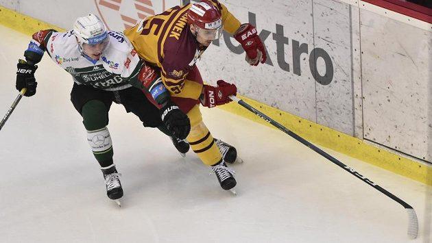 Marek Baránek z Energie Karlovy Vary a David Kajínek z Jihlavy v souboji během utkání 5. kola baráže o hokejovou extraligu.