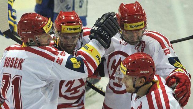 Hokejisté Třince (zleva) David Nosek, Martin Růžička, Radek Bonk a Vojtěch Polák se radují z gólu.