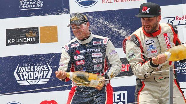 Adam Lacko (vlevo) rozprašuje šampaňské na stupních vítězů ve Spielbergu.