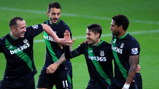 Bojan Krkic (druhý zprava) se se spoluhráči raduje po proměněné penaltě v zápase se Swansea.