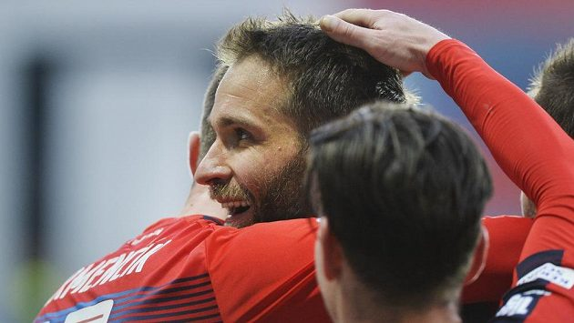 Marek Bakoš z Viktorie Plzeň se raduje se spoluhráči poté, co vstřelil druhou branku z penalty za faul na Martina Zemana.