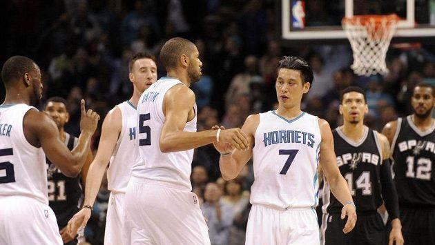 Basketbalista Charlotte Hornets Jeremy Lin (č. 7) v zápase se San Antoniem.