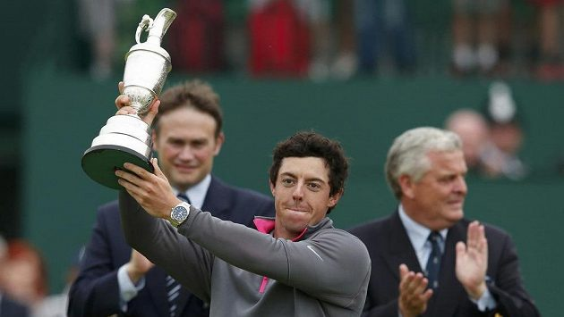 Rory McIlroy ze Severního Irska s trofejí za triumf při British Open v Hoylake.