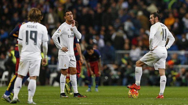 Smutní hráči Realu Madrid po inkasovaném gólu s Barcelonou. Zleva Luka Modrič, Cristiano Ronaldo a Gareth Bale.