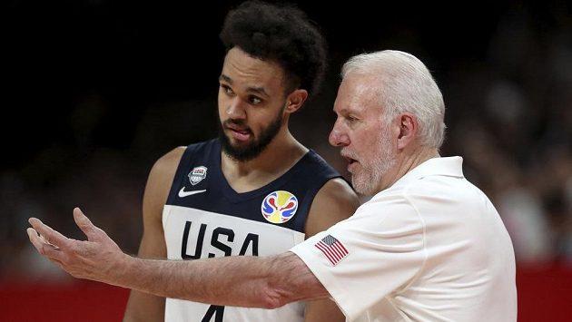 Trenér basketbalové reprezentace USA Gregg Popovich udílel pokyny Derricku Whiteovi během utkání mistrovství světa.