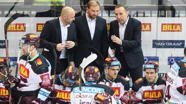 Nový trenér hokejové Sparty Praha Miloslav Hořava (vpravo) a asistenti Jaroslav Hlinka (vlevo) a Petr Ton během utkání s Brnem.