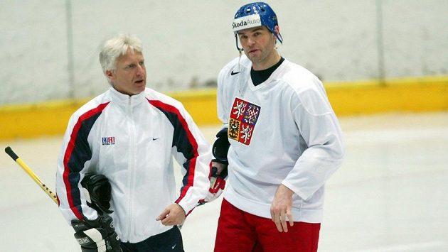 Marian Jelínek v rozhovoru s Jaromírem Jágrem během tréninku.