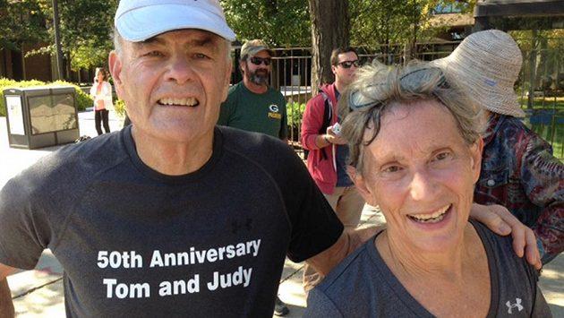 Manželé Judy a Tom Castenovi jsou spolu půl století. Na oslavu výročí si zaběhli v Chicagu maratón.