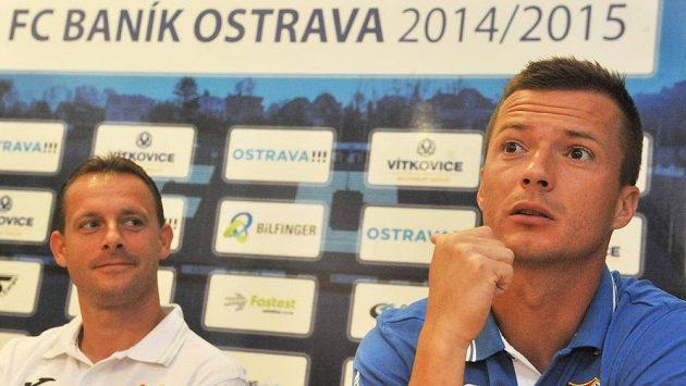Asistent trenéra Baníku Ostrava Martin Svědík (vlevo) a útočník Václav Svěrkoš na předsezónní tiskové konferenci.