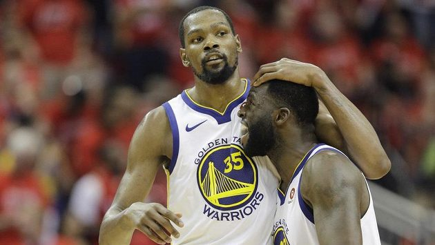 Basketbalisté Golden State Warriors Kevin Durant (35) a Draymond Green (23) během rozhodujícího semifinále.