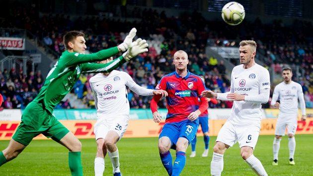 Brankář Slovácka Matouš Trmal si jde pro balón v zápase s Plzní.