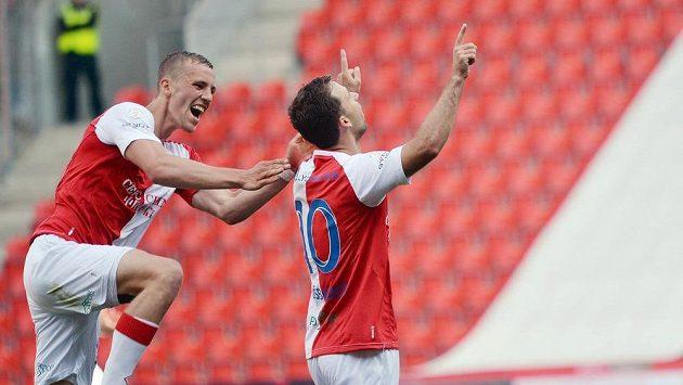 Tomáš Souček ze Slavie (vlevo) a Josef Hušbauer se radují z gólu proti Slovácku.