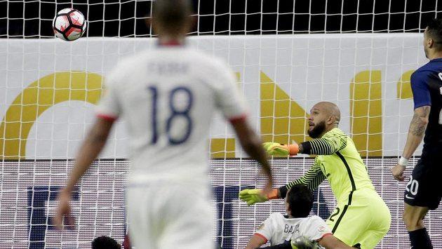 Kolumbijský útočník Carlos Bacca (7) ve skrumáži před brankářem USA Timem Howardem (12) dokázal skórovat.
