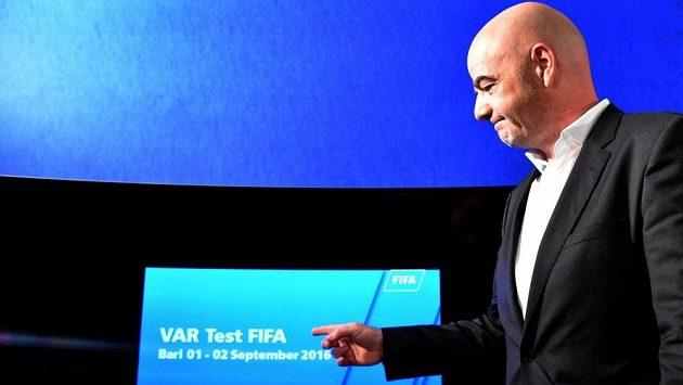 Šéf FIFA Gianni Infantino předvádí obrazovku, na níž asistenti zkoumali záznam sporných momentů utkání Itálie - Francie v Bari.