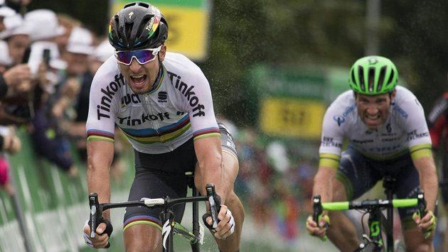 Peter Sagan z týmu Tinkoff vyhrál 3. etapu Kolem Švýcarska před domácím závodníkem Michaelem Albasinim (vpravo).