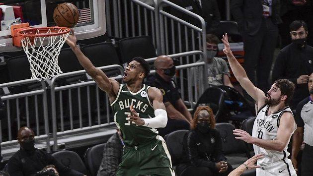Janis Adetokumbo z Milwaukee zakončuje ve čtvrtém utkání druhého kola play off NBA.