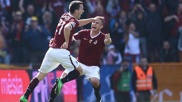 Sparťanský útočník David Lafata (vlevo) se raduje s obráncem Pavlem Kadeřábkem ze vstřelení gólu proti Slavii.