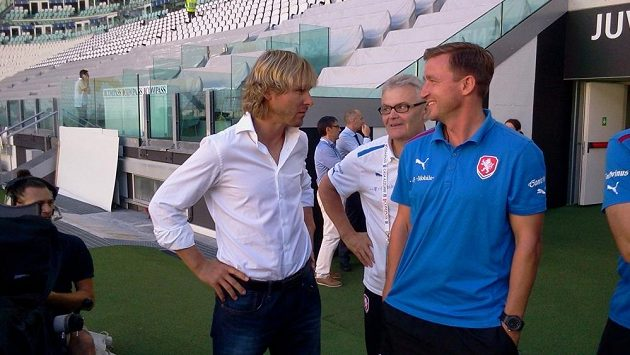 Bývalý fotbalista Juventusu Pavel Nedvěd (vlevo) hovoří s již odvolaným manažerem reprezentace Vladimírem Šmicrem (vpravo) a tiskovým mluvčím národního týmu Jaroslavem Kolářem.