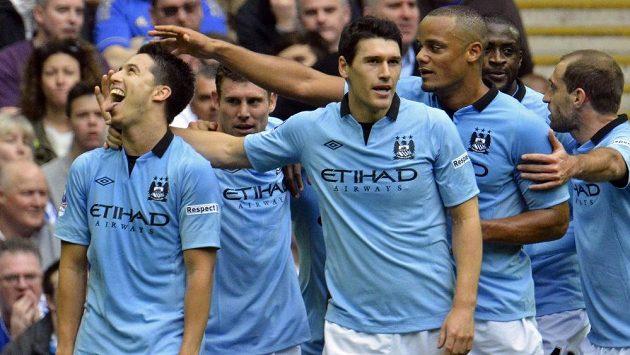 Samir Nasri (vlevo) oslavuje se spoluhráči z Manchetseru City svůj gól proti Chelsea v semifinále anglického FA Cupu.