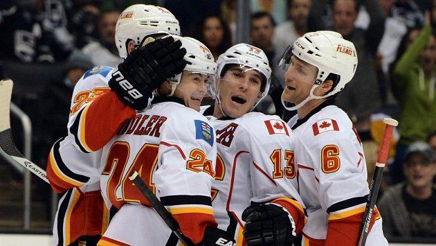 Hokejisté Calgary Flames (zleva) Sean Monahan, Jiří Hudler, Mike Cammalleri a Dennis Wideman slaví gól proti Los Angeles.