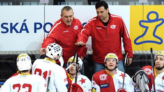 Slávističtí trenéři Ondřej Weissmann (vlevo) a Vladimír Růžička udílí pokyny hráčům v duelu s Karlovými Vary.